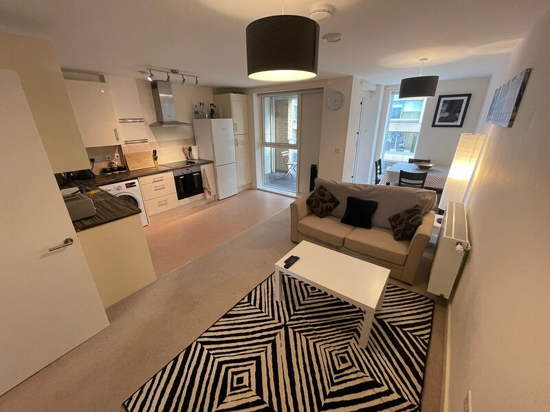 Luxury brand New 6ppl Apartment, Cambridge station, holiday rental in Cherry Hinton