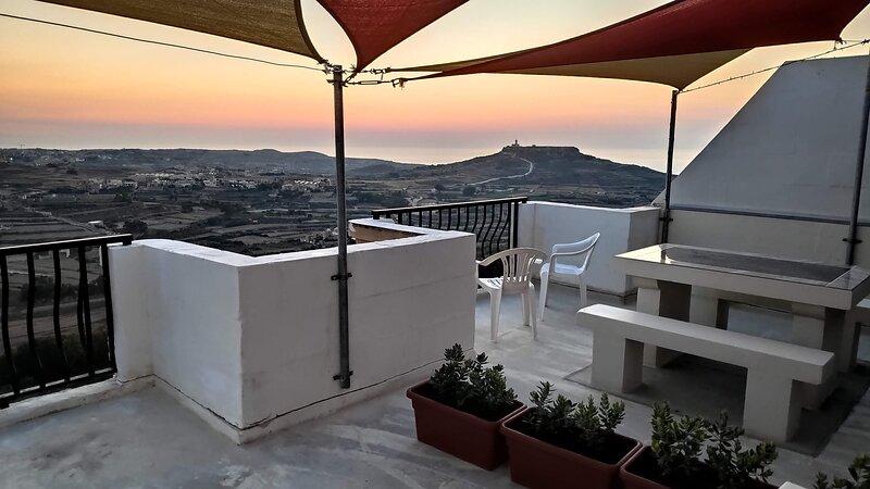 Gozo Holiday Location with Stunning Views, alquiler vacacional en Zebbug