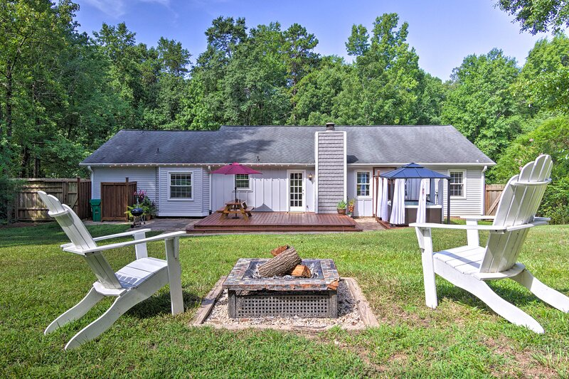 NEW! Lovely Mtn Cottage w/ Hot Tub, BBQ & Fire Pit, alquiler de vacaciones en Greer