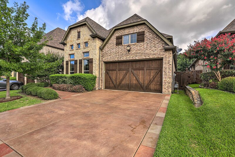NEW! Chic Family-Friendly Home in Irving w/ Yard!, vacation rental in Irving