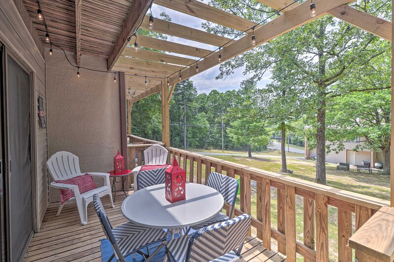 NEW! Updated Condo w/ Pool Access < 4 Mi to Lake!, holiday rental in Shirley