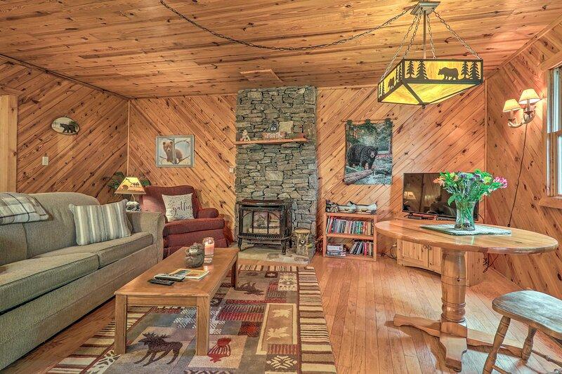 NEW! Chic Maggie Valley Cabin w/ Private Hot Tub!, location de vacances à Maggie Valley