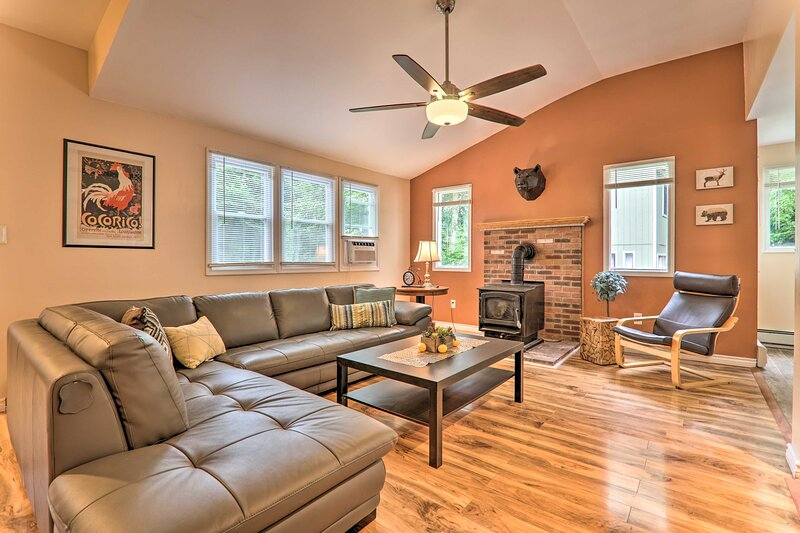 NEW! Spacious Retreat in the Heart of the Poconos!, vacation rental in South Sterling