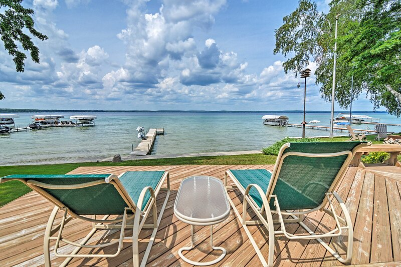 NEW! Higgins Lake House & Bunk House with Dock, holiday rental in Houghton Lake Heights