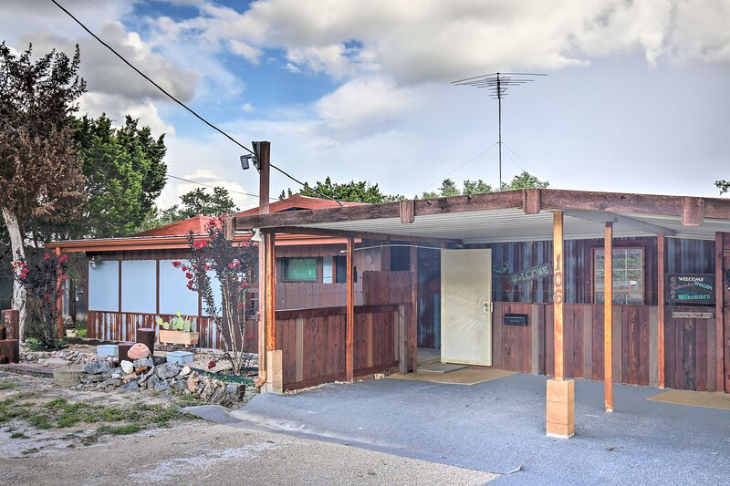 NEW! Eclectic House w/ Fire Pit & Garden Oasis!, alquiler vacacional en Center Point