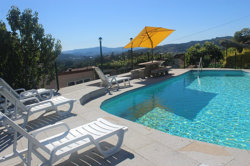 Magnificent Rural House with Swimming Pool, holiday rental in Porreiras