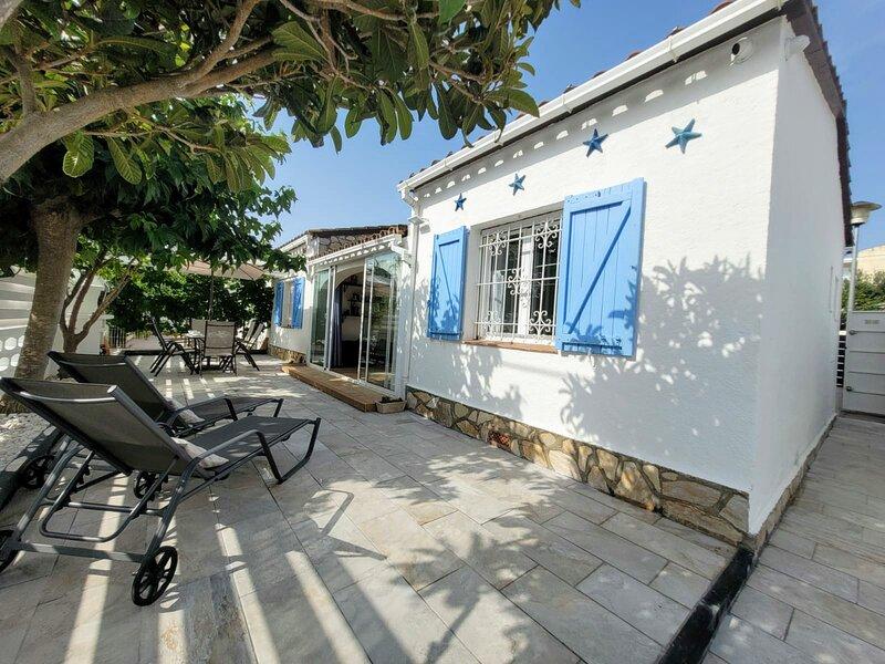 Casa en muy buen estado, una sola planta con amplia terraza y barbacoa., holiday rental in Tor