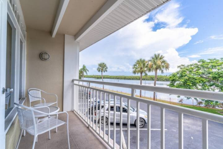 Canal Side, Water View & Spacious Inn Unit * Little Harbor, holiday rental in Ruskin