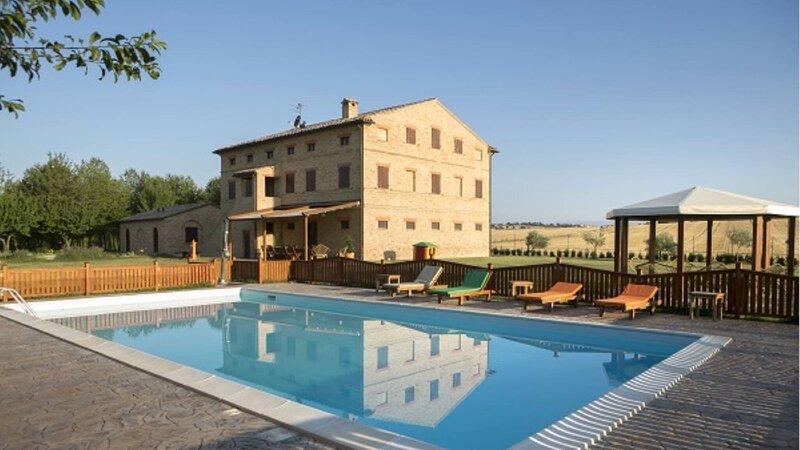 Stunning Villa Del Giglio, holiday rental in Appignano
