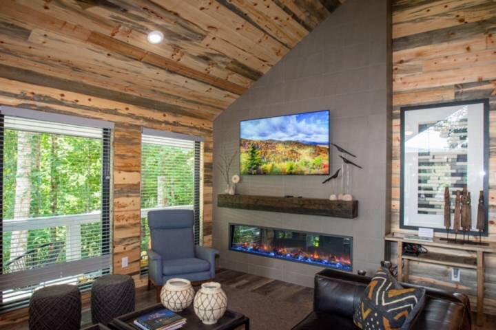 New Custom Cabin w/designer furnishings/hot tub /firepit/ WiFi-Seasonal Therapy, holiday rental in Gatlinburg