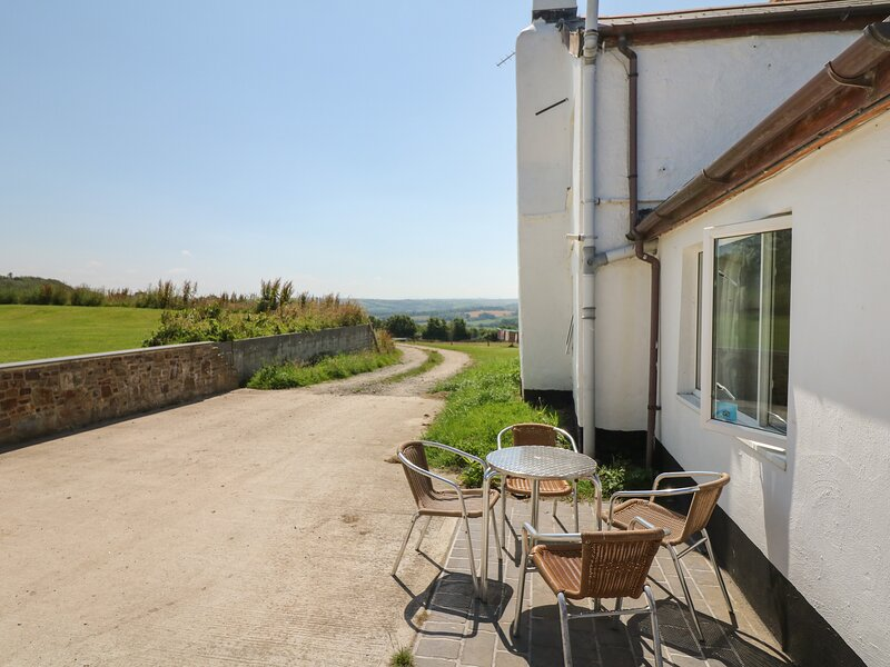THE COTTAGE, farm cottage, woodburning stove, near Westward Ho!, holiday rental in Buckland Brewer