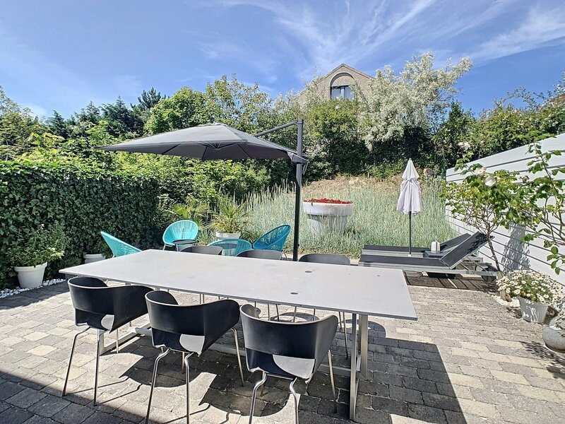 Modern Architectural House 5 min from Beach with great private garden, holiday rental in Koksijde