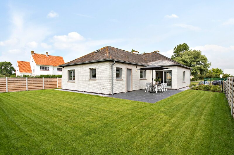 Bright and spacious bungalow 'DUIN33' with garden near the beach, vacation rental in Westende