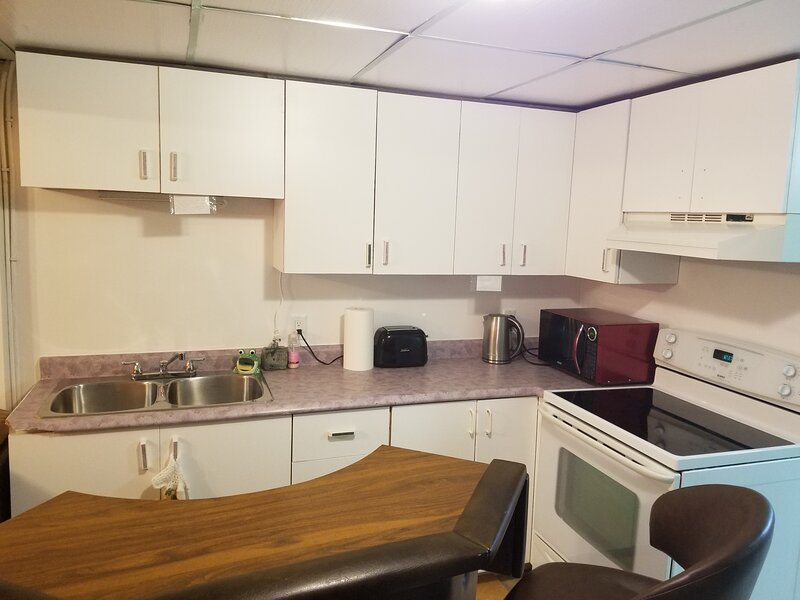Entire basement up to 4 guests, shower, tv-dining area, kitchen, private entranc, alquiler de vacaciones en Caraquet