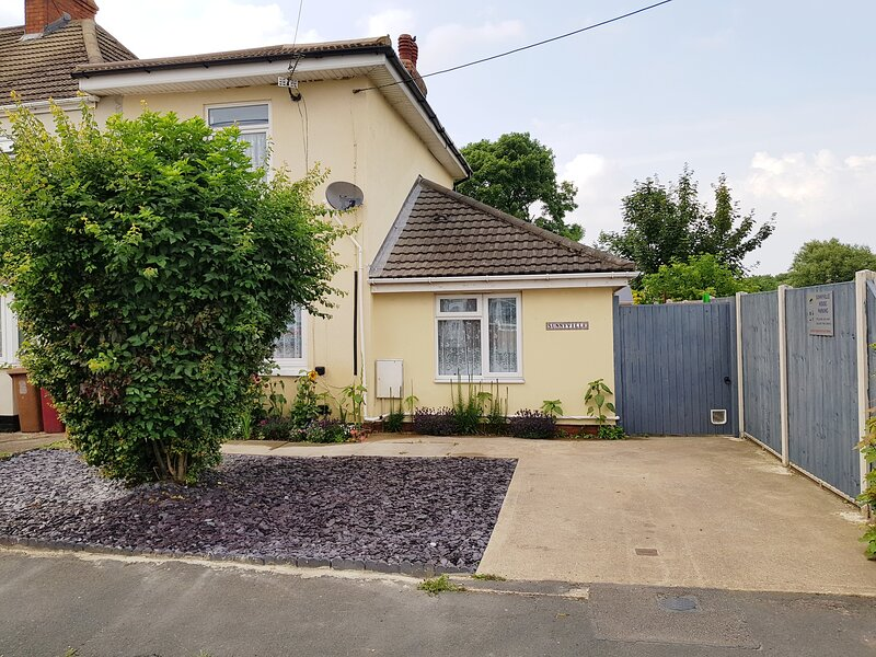 Sunnyville - 4 bedrooms/sleeps 8, parking, wifi,secure dog yard. Quiet location., holiday rental in Goxhill