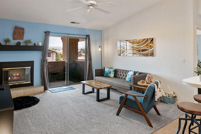 Just Listed! Beautiful & Modern Condo With Views! Community Pool & Hot Tub! Casa, aluguéis de temporada em Cottonwood