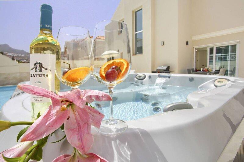 Villa Luxe Paramount Costa Adeje con piscina Jacuzzi, alquiler vacacional en Fañabé