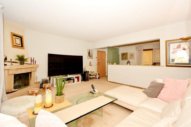 Beautiful 2-Bed Apartment in Vouliagmeni, alquiler vacacional en Vari