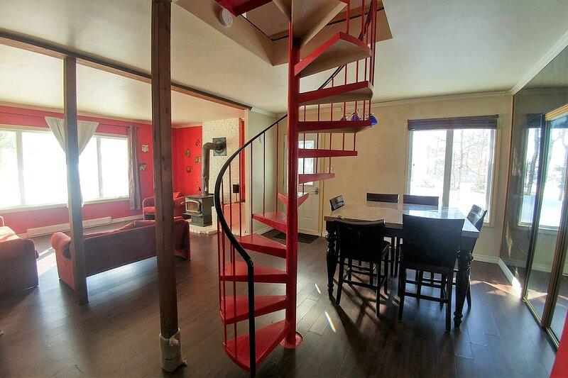 3 Bds/9 beds * Large Pkng * 2 Levels * Near stores, casa vacanza a Québec (città)