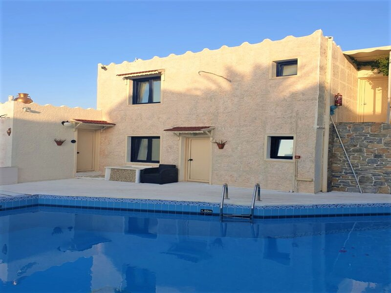 Entire Villa Two Floors for up to 8 Vacationers, casa vacanza a Koutouloufari