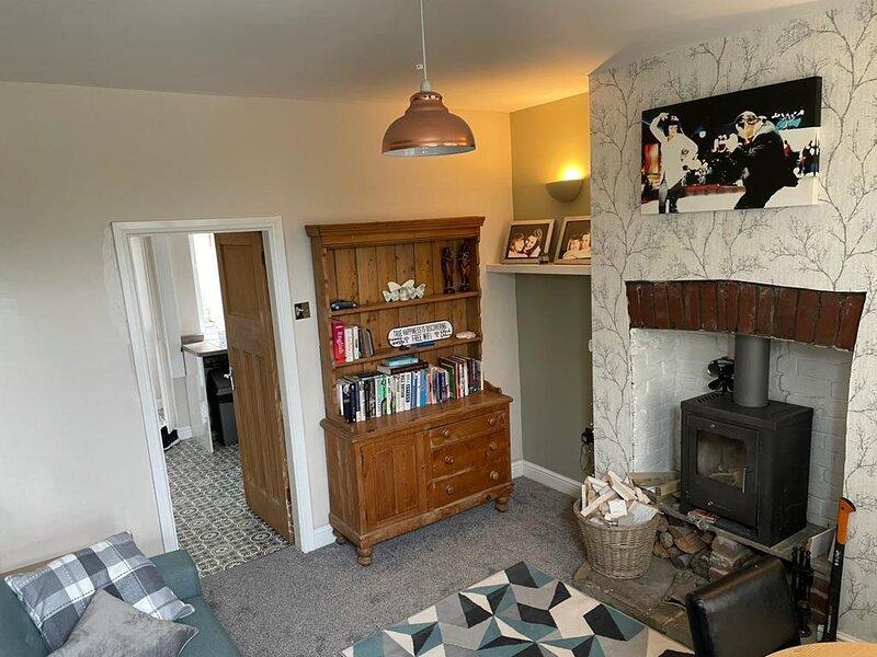 Cosy Cottage edge of Peak District -Log Burner, UK, holiday rental in Dodworth