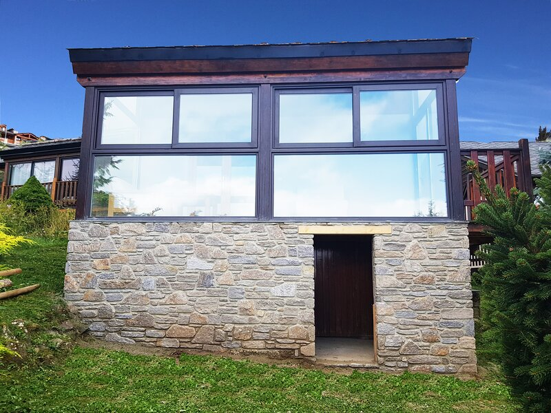 chalet with panoramic view and garden, holiday rental in Les Angles