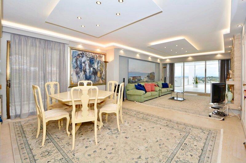 Luxury Veranda Lounge Penthouse Vouliagmeni, alquiler vacacional en Vari