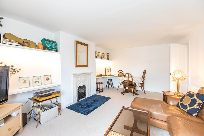 Comfortable Self Contained Apartment in Hampton Court Village, holiday rental in Surbiton