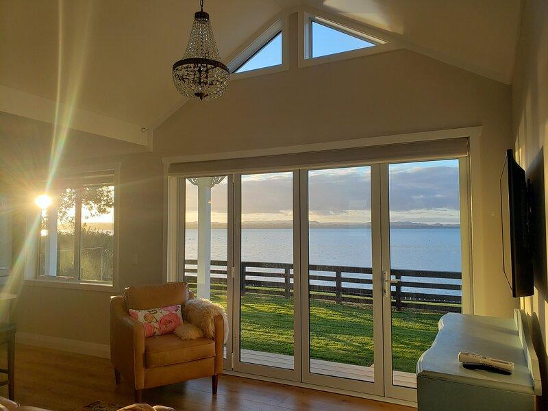 Red Rock Cottage beachfront luxury, aluguéis de temporada em Papakura