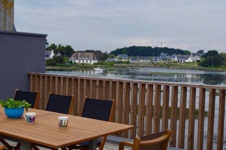 Très jolie maison moderne, vue imprenable sur l'arrière port, holiday rental in Treffiagat