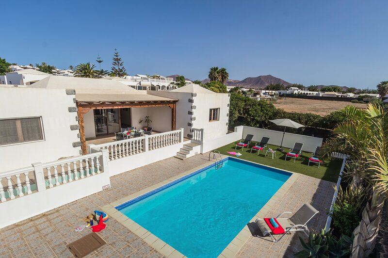 Villa LOMAS con piscina privada climatizada, holiday rental in Playa Blanca