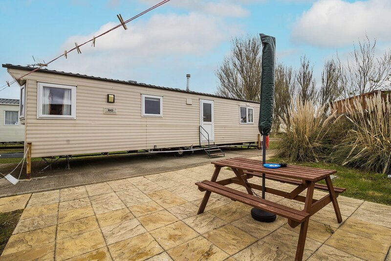 6 berth dog friendly caravan for hire at Martello Beach Holiday Park ref 29096a, holiday rental in St Osyth