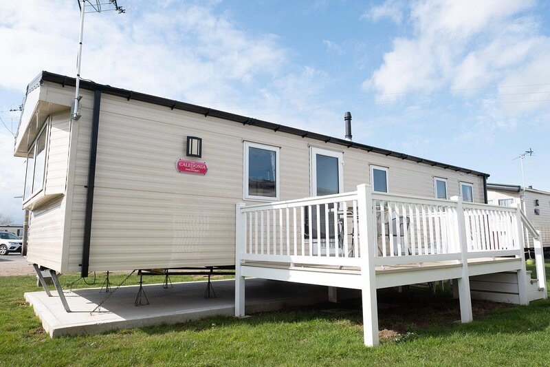 Brilliant 8 berth caravan for hire at St Osyths Holiday Park ref 28076GC, holiday rental in St Osyth
