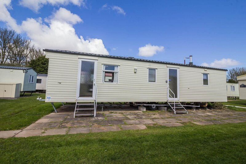 Great 8 berth caravan for hire at Southview Holiday Park in Skegness ref 33070F, vacation rental in Wainfleet All Saints