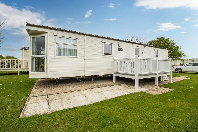 Brilliant 6 berth caravan for hire with decking at Skipsea Sands ref 41291NF, location de vacances à Barmston