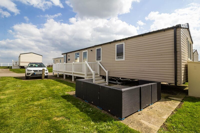 Caravan for hire by the beach with partial sea view in Norfolk ref 80024OV, holiday rental in Hopton on Sea