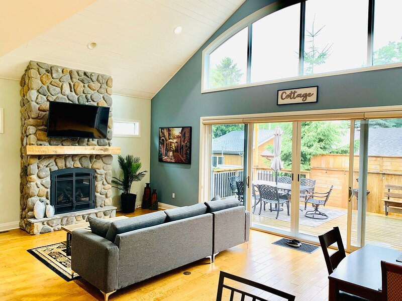 Dee & Lee's Cottage Walking Distance to Beach, vacation rental in Grand Bend