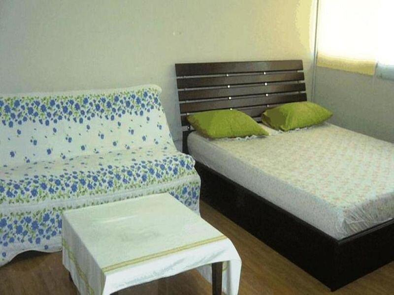 T8 Guest House Don Mueang Challenger triple room, location de vacances à Nonthaburi