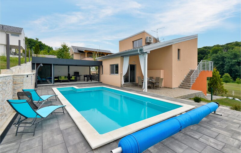 Amazing home in Sveti Martin na Muri with Outdoor swimming pool, WiFi and 2 Bedr, vacation rental in Bazakerettye