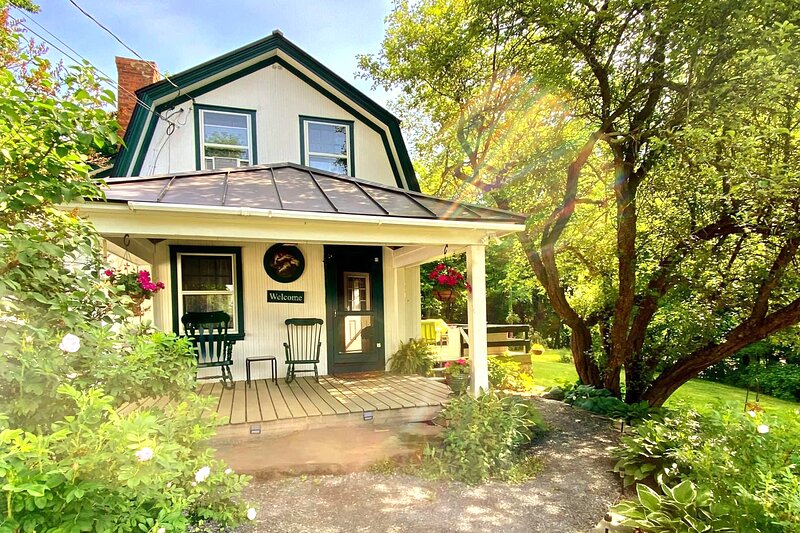 Cottage On The Hill VT Retreat Fast WiFi/Good Cell, holiday rental in Strafford