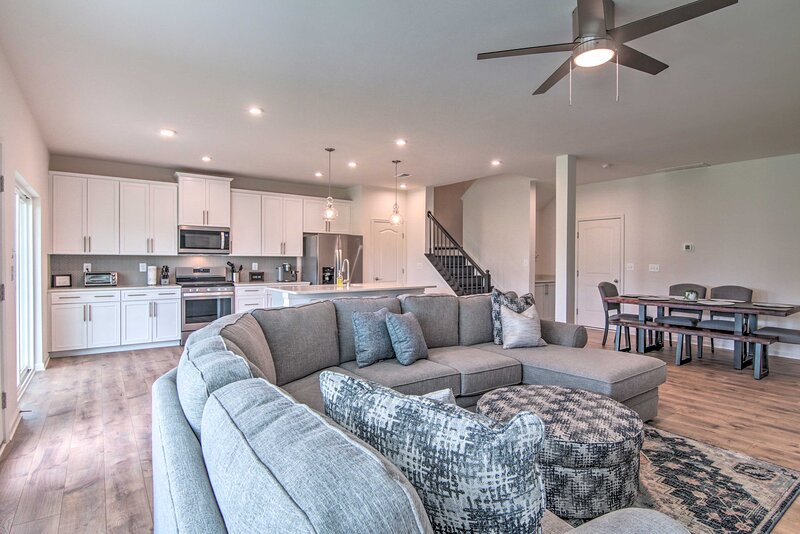 NEW! Chic Townhome w/ Pool Access: 4 Mi to Beach!, holiday rental in Millsboro