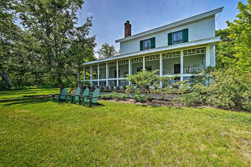 NEW! Waterfront Schroon Lake Home w/ Boat Dock!, alquiler vacacional en Olmstedville