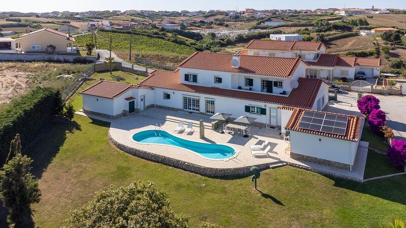 Villa 'Casa Branca' with Private Pool & big garden, casa vacanza a A dos Cunhados