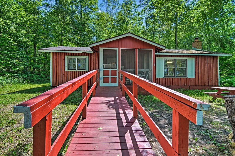 NEW! 'Buck Up' Cabin with Fire Pit on Long Lake, location de vacances à Clare County