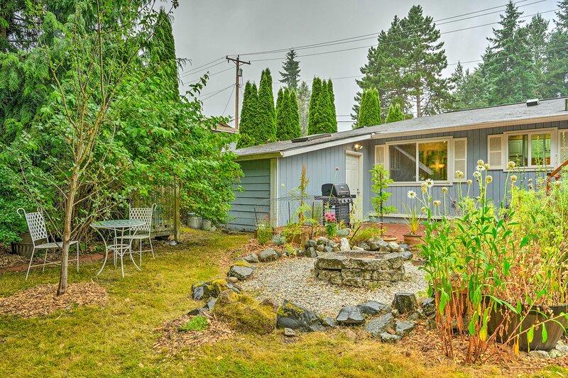 NEW! Quiet Retreat w/ Patio & Deck, Walk to Park!, holiday rental in Shoreline