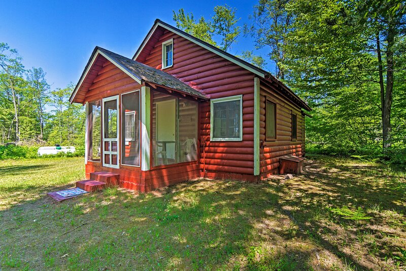 NEW! 'The Pine' Long Lake Cabin w/ On-Site Fishing, location de vacances à Clare County