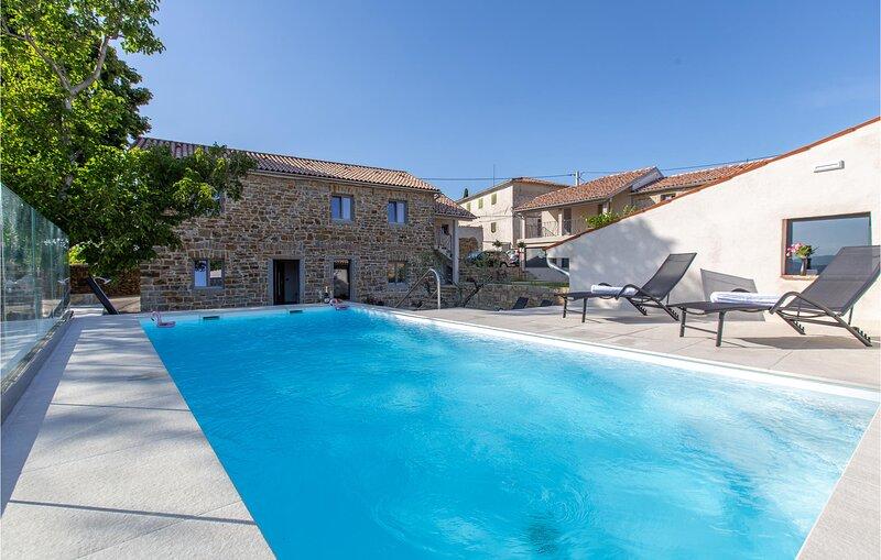 Amazing home in Skofije with Outdoor swimming pool, Heated swimming pool and 4 B, alquiler de vacaciones en Crni Kal