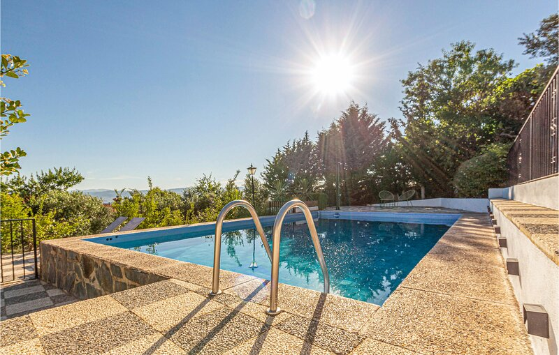 Awesome home in Nigüelas with Outdoor swimming pool, WiFi and 4 Bedrooms (EAC57, alquiler de vacaciones en Nigüelas