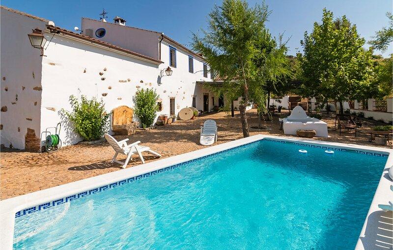 Beautiful home in Alcaracejos with Outdoor swimming pool, WiFi and 8 Bedrooms (E, aluguéis de temporada em Pozoblanco