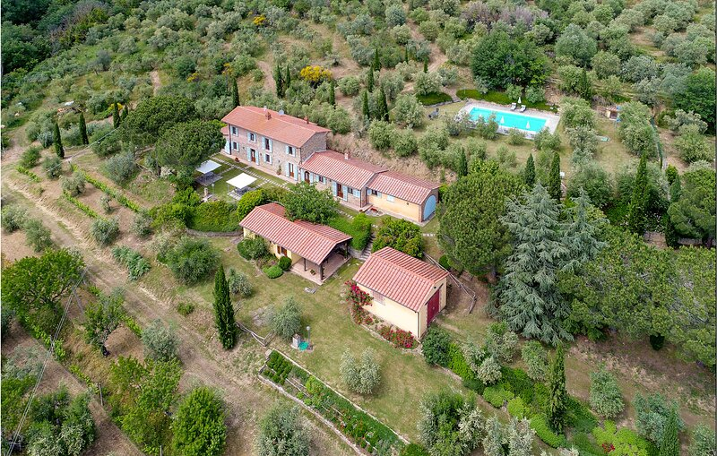 Stunning home in Cortona with Outdoor swimming pool, WiFi and 6 Bedrooms (ITA091, holiday rental in Terontola